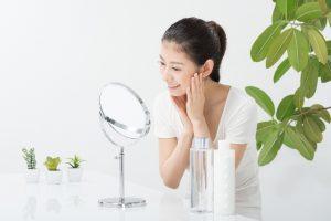 鏡でお肌を見る女性